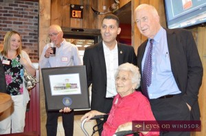 Mayor Eddie Francis presents art to Lone Star Texas Grill Windsor