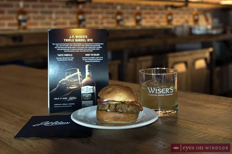 Motorburger slider and whisky cocktail
